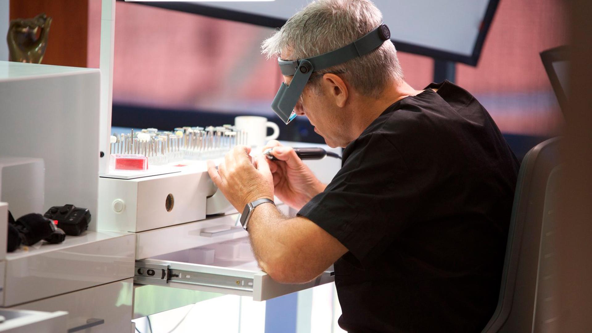 <p>En esta Masterclass<strong>Preparaciones en BOPT dental</strong>,impartida por el el doctor Cristian Abad, abordaremos el tema de preparaciones en <strong>BOPT dental</strong>. Sin duda, las preparaciones son algo muy importante ya que van a constituir una etapa fundamental en la preparación de la pieza dentaria que va a recibir la prótesis fija.<br /> <br /> La realización de preparaciones es uno de los pasos fundamentales dentro de la técnica <strong>BOPT dental</strong> para conseguir resultados a largo plazo que nos permitan la verdadera integración entre la prótesis y los tejidos blandos periodontales. Gracias esta Masterclass, <strong>Preparaciones en BOPT dental</strong>, podrás profundizar en la realización de prótesis utilizando la técnica <strong>BOPT dental</strong>, lo que te permitirá obtener mejores resultados en la integración de la prótesis dental con los tejidos periodontales.<br /> <br /> Todas nuestras Masterclass están impartidas por los mayores expertos en odontología. Gracias a nuestra Masterclass<strong>Preparaciones en BOPT dental</strong> y otras como esta, que forman parte de la serie <strong>Aproximación a la técnica BOPT</strong> podrás desarrollar y actualizar tus conocimientos sobretécnicas de odontología restauradora de vanguardia como la <strong>técnica BOPT dental</strong>, alcanzando una formación avanzada y permitiéndote profundizar enlos aspectos a tener en cuenta en la restauración protésica dental y otras especialidades odontológicas con criterios científicos y de excelencia, abordando las últimas tendencias y técnicas más actuales en el sector odontológico.<br /> <br /> Desde Knotgroup Dental Institute te invitamos a que explores a través de nuestra web y encuentres otras masterclass como <strong>Preparaciones en BOPT dental</strong> para actualizar tus conocimientos y aplicarlos a tu clínica dental, así como la amplia gama de cursos que ofrecemos también sobre técnicas de preparación como la <strong>técnica BOPT dental</str