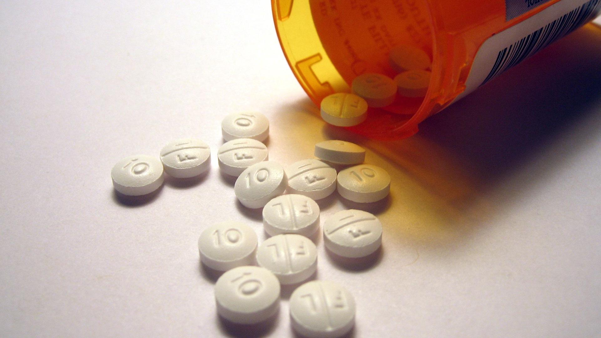 En esta Masterclass <b>Analgésicos menores, mayores y puros</b>, impartida por Luis Amador, estudiaremos los analgésicos como uno de los más importantes en la actividad cotidiana de los odontólogos. Analizaremos en profundidad los tipos de <b>analgésicos</b>: menores, mayores y puros. Veremos también la escala analgésica del dolor de la OMS, además de estudiar fármacos concretos como el paracetamol, ibuprofeno o metamizol. <br /><br />  Para cualquier tratamiento es vital y necesario tener un perfecto conocimiento de los <b>analgésicos</b>. Gracias a esta Masterclass <b>Analgésicos menores, mayores y puros</b> conseguiremos dominar y conocer el uso, tipos y diferencias entre los <b>medicamentos analgésicos</b>. En definitiva, mediante un estudio y conocimiento a fondo de los <b>analgésicos</b> conseguirás evitar o reducir el dolor de tus pacientes. <br /><br />  Todas nuestras Masterclass están impartidas por los mayores expertos en odontología. Gracias a nuestra Masterclass <b>Analgésicos menores, mayores y puros</b> y otras como esta, que forman parte de la serie <b>Farmacología en odontología</b>, podrás desarrollar y actualizar tus conocimientos sobre los diferentes tipos de fármacos que son utilizados en Odontología: <b>analgésicos</b>, antibióticos, opiáceos, corticosteroides, sedantes y protectores gástricos. Se estudiará su clasificación, cómo y cuándo deben utilizarse, así como sus contraindicaciones y algunas situaciones especiales,alcanzando una formación avanzada y permitiéndote profundizar en <b>Analgésicos</b> con criterios científicos y de excelencia, abordando las últimas tendencias y técnicas más actuales en el sector odontológico. <br /><br />  Desde Knotgroup Dental Institute te invitamos a que explores a través de nuestra web y encuentres otras masterclass como <b>Analgésicos menores, mayores y puros</b> para actualizar tus conocimientos y aplicarlos a tu clínica dental, así como la amplia gama de cursos que ofrecemos también sobre <b>Analgésicos