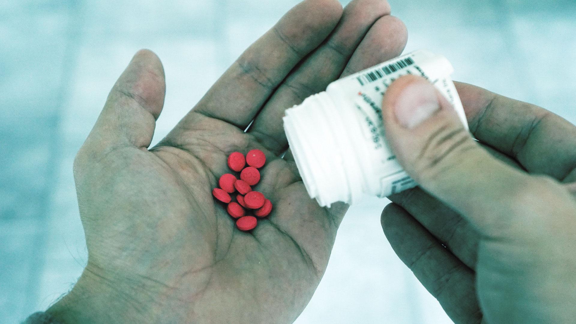 En esta Masterclass <b>Estudio y clasificación de opioides</b>, impartida por Luis Amador, estudiaremos y clasificaremos los opioides, además de definir sustancias concretas como la codeína y el tramadol. <br /><br />  Conocer y clasificar los <b>opiáceos</b> es necesario a la hora de elegir un tratamiento para cada paciente. Gracias a esta Masterclass <b>Estudio y clasificación de opioides</b> podrás dominar los diferentes tipos que pueden utilizarse según el <b>dolor</b> de cada persona consiguiendo mejores resultados para cada uno de tus pacientes. <br /><br />  Todas nuestras Masterclass están impartidas por los mayores expertos en odontología. Gracias a nuestra Masterclass <b>Estudio y clasificación de opioides</b> y otras como esta, que forman parte de la serie <b>Farmacología en odontología</b> podrás desarrollar y actualizar tus conocimientos sobre los diferentes tipos de fármacos que son utilizados en Odontología: analgésicos, antibióticos, opiáceos, corticosteroides, sedantes y protectores gástricos. Se estudiará su clasificación, cómo y cuándo deben utilizarse, así como sus contraindicaciones y algunas situaciones especiales,alcanzando una formación avanzada y permitiéndote profundizar en <b>Opioides</b> con criterios científicos y de excelencia, abordando las últimas tendencias y técnicas más actuales en el sector odontológico. <br /><br />  Desde Knotgroup Dental Institute te invitamos a que explores a través de nuestra web y encuentres otras masterclass como <b>Estudio y clasificación de opioides</b> para actualizar tus conocimientos y aplicarlos a tu clínica dental, así como la amplia gama de cursos que ofrecemos también sobre <b>Opioides</b>, impartidos por los mejores profesionales en odontología. <br /><br />  Muchas gracias por tu tiempo. Esperamos que aprendas y disfrutes de esta Masterclass<b>Estudio y clasificación de opioides</b> y visites pronto nuestra web de nuevo.