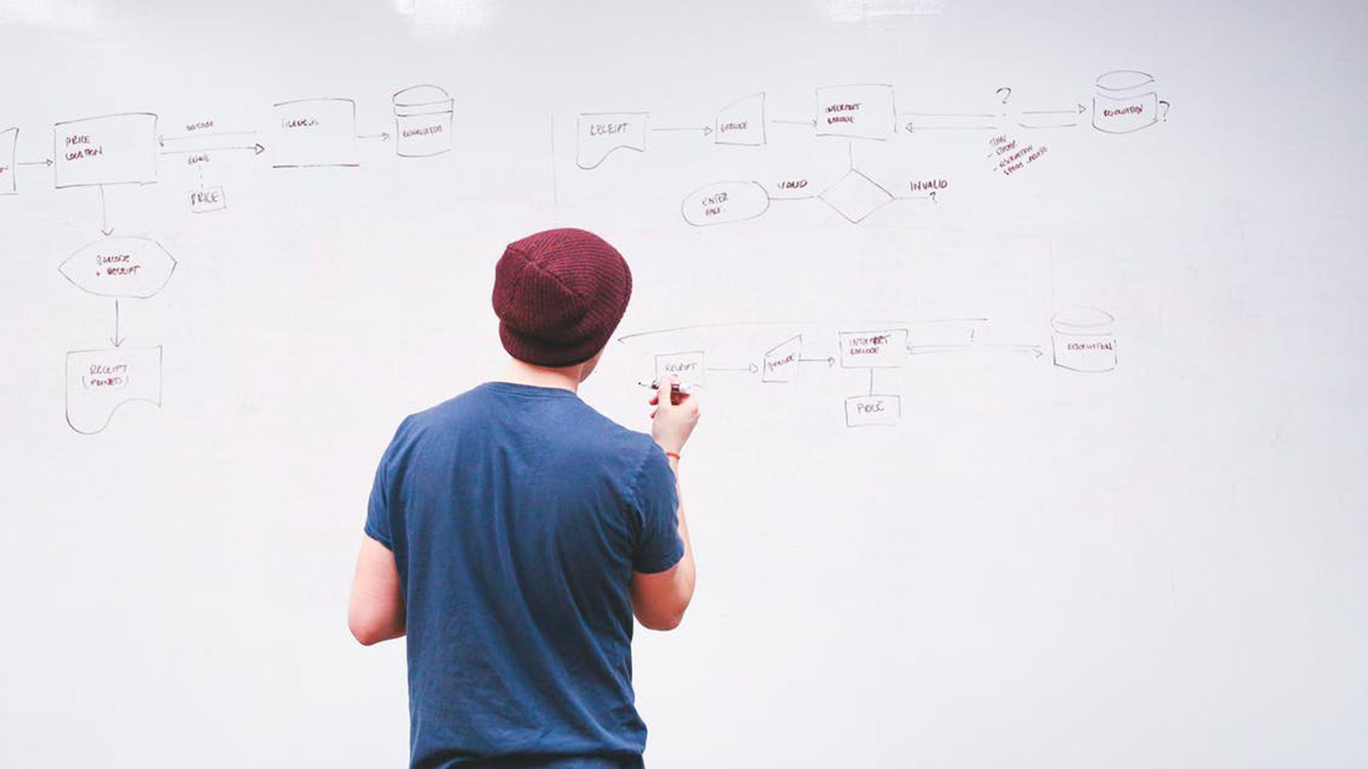 <p>En esta Masterclass <strong>Estructura organizativa de una clínica</strong>, impartida por Luis Mallo, aprenderemos qué es una <strong>estructura organizativa</strong>, qué elementos la integran y cómo este <strong>diseño organizacional </strong>es una herramienta esencial para conseguir y alcanzar el rendimiento que tenemos establecido dentro del <strong>plan estratégico anual</strong> para nuestra clínica.<br /> <br /> Gracias a esta Masterclass,<strong> Estructura organizativa de una clínica</strong>, aprenderás los requisitos que debe cumplir hoy en día una clínica dental para poder realizar con éxito una <strong>estructura organizacional </strong>que se adapte las nuevas preferencias del paciente. En definitiva, podrás dominar las diferentes herramientas y criterios a la hora de diseñar un <strong>plan estratégico</strong> y una <strong>estructura organizativa </strong>para crear un clima laboral adecuado identificando qué aspectos es necesario reforzar para mejorar el rendimiento del equipo en la clínica dental.<br /> <br /> Todas nuestras Masterclass están impartidas por los mayores expertos en gestión de clínicas. Gracias a nuestra Masterclass<strong>Estructura organizativa de una clínica</strong> y otras como esta, que forman parte de la serie<strong>Las claves de una organización eficaz en la clínica</strong>, podrás desarrollar y actualizar tus conocimientos sobregestión y organización,para poder construir <strong>modelos organizacionales</strong>, de acuerdo con una metodología sencilla y práctica, alcanzando con ello una formación avanzada en la <strong>estructura organizativa</strong>,con criterios científicos y de excelencia, abordando las últimas tendencias y técnicas directivas más actuales en el sector odontológico.<br /> <br /> Desde Knotgroup Dental Institute te invitamos a que explores a través de nuestra web y encuentres otras Masterclass como<strong>Estructura organizativa de una clínica</strong>, para actualizar tus conocimientos y aplicar