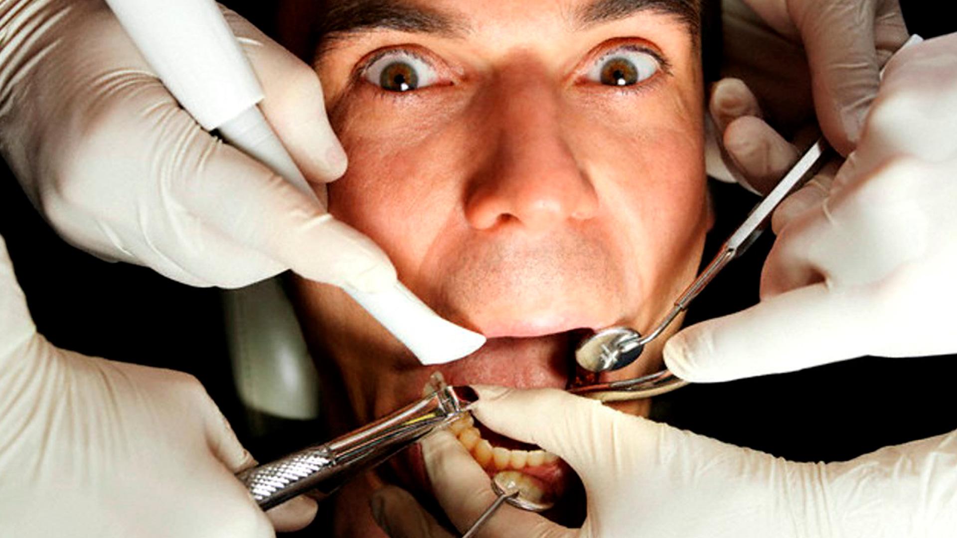 <p>En esta Masterclass <strong>Lenguaje corporal: ansiedad dental</strong>, impartida por Brendan Maloney, veremos una serie de consejos para relajar a los pacientes contemplando la mejor manera de identificar y tratar a pacientes con ansiedad extrema a trav&eacute;s del <strong>lenguaje corporal</strong>.<br /> <br /> La fobia dental sigue siendo una realidad para muchos pacientes hoy en d&iacute;a. Gracias a esta Masterclass, <strong>Lenguaje corporal: ansiedad dental</strong>, aprender&aacute;s a ayudar a estos pacientes que sufren ansiedad dental interpretando el <strong>lenguaje corporal</strong> que utilizan. En definitiva, conocer el significado de la comunicaci&oacute;n no verbal y el <strong>lenguaje corporal</strong>, te ser&aacute; de gran ayuda para poder ayudar y tratar a los pacientes que acuden a tu cl&iacute;nica dental con ansiedad extrema para poder ofrecerles as&iacute; el mejor tratamiento adapt&aacute;ndolo a las necesidades de cada paciente.<br /> <br /> Todas nuestras Masterclass est&aacute;n impartidas por los mayores expertos en gesti&oacute;n de cl&iacute;nicas. Gracias a nuestra Masterclass <strong>Lenguaje corporal: ansiedad dental</strong> y otras como esta, que forman parte de la serie <strong>Ventajas competitivas para cl&iacute;nicas dentales</strong>, podr&aacute;s desarrollar y actualizar tus conocimientos sobre un modelo de gesti&oacute;n operativo que sirva de base para organizar la producci&oacute;n, la atenci&oacute;n al paciente, la estrategia de comunicaci&oacute;n y marketing y la estructura econ&oacute;mico financiera. Esta Sesi&oacute;n permite a los responsables de la cl&iacute;nica entender la importancia y utilidad de conocer el <strong>lenguaje corporal</strong> para mejorar la atenci&oacute;n al paciente, alcanzando una formaci&oacute;n avanzada y permiti&eacute;ndote profundizar en el <strong>lenguaje corporal</strong> con criterios cient&iacute;ficos y de excelencia, abordando las &uacute;ltimas tendencias y t&eacute