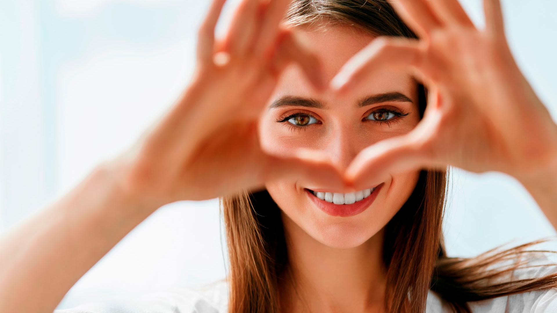 <p>En esta Masterclass, <strong>Odontolog&iacute;a emocional DSD</strong>, estudiaremos una de las aplicaciones que tiene el Digital Smile Design: la <strong>odontolog&iacute;a emocional</strong>, una herramienta que permite ver al paciente de forma interactiva el resultado de su tratamiento obteniendo una respuesta emocional.<br /> <br /> A la hora de presentar el DSD al paciente, la idea es que el paciente tenga una respuesta emocional a lo que nosotros le vamos a plantear. Con la <strong>odontolog&iacute;a emocional</strong>, el paciente se va a ver en una pantalla y va a ver el antes y el despu&eacute;s. Gracias a esta Masterclass, <strong>Odontolog&iacute;a emocional DSD</strong>, conocer&aacute;s con precisi&oacute;n una de las aplicaciones que tiene la tecnolog&iacute;a DSD: la <strong>odontolog&iacute;a emocional</strong>. En definitiva, conocer esta y otras aplicaciones te ayudar&aacute; a planificar el tratamiento de tus pacientes, facilitando tu trabajo como odont&oacute;logo y obteniendo los mejores resultados en la cl&iacute;nica dental.<br /> <br /> Todas nuestras Masterclass est&aacute;n impartidas por los mayores expertos en odontolog&iacute;a. Gracias a nuestra Masterclass&nbsp;<strong>Odontolog&iacute;a emocional DSD</strong>&nbsp;y otras como esta, que forman parte de la serie&nbsp;<strong>Nuevas tecnolog&iacute;as en implantolog&iacute;a</strong>, podr&aacute;s desarrollar y actualizar tus conocimientos sobre las tecnolog&iacute;as m&aacute;s avanzadas en diagn&oacute;stico y cirug&iacute;a odontol&oacute;gica, profundizando en diferentes campos de la odontolog&iacute;a digital, como la tecnolog&iacute;a Digital Smile Design con aplicaciones como la <strong>odontolog&iacute;a emocional</strong>, alcanzando una formaci&oacute;n avanzada y permiti&eacute;ndote profundizar en&nbsp;los aspectos a tener en cuenta en la colocaci&oacute;n de implantes dentales con criterios cient&iacute;ficos y de excelencia, abordando las &uacute;ltimas tendencias y t&