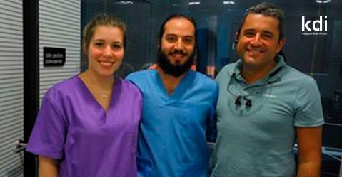 Fotografía que ilustra la noticia de odontología de Knotgroup Dental Institute sobre Dos nuevos alumnos comienzas sus prácticas con el Dr. Donnay