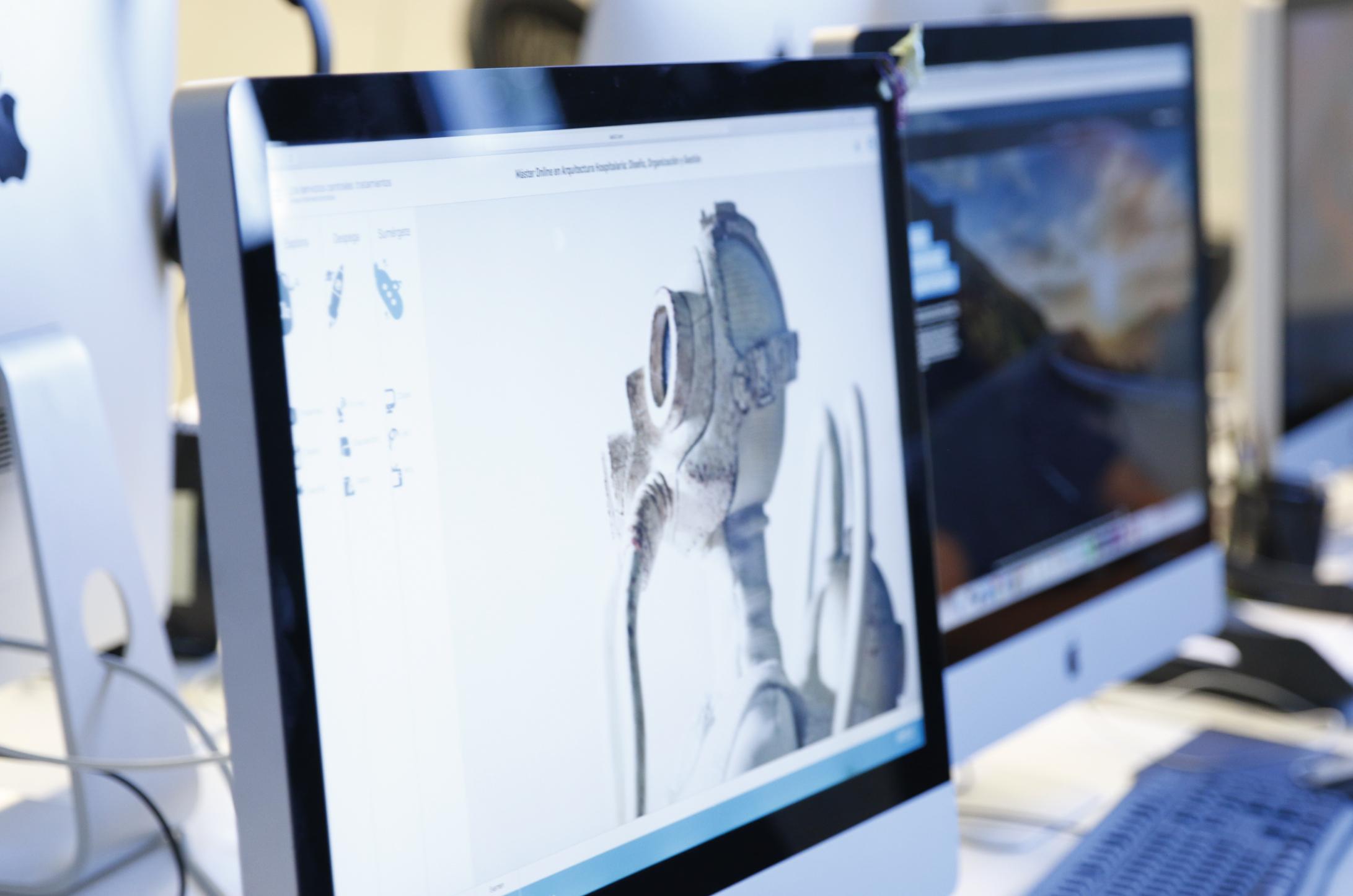 En esta imagen podemos ver al Doctor Pedro Guitián, profesor del Master en implantología, realizando una intervención quirúrgica en la clínica dental.